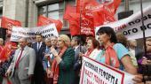 Russere demonsterer foran Dumaen i protest mod et forslag, der vil hæve pensionsalderen. Putin har på tv opfordret russerne til at acceptere den højere pensionsalder af hensyn til nationens sikkerhed og for de kommende generationers skyld.
