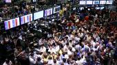 På dette arkivfoto fra den15. september 2008 står børshandlere på gulvet i New York Mercantile Exchange i New York. En af de største spillere på Wall Street gik selvsamme dag konkurs, og den største finansielle krise siden 1930'erne bleven realitet.