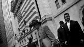 Børsmæglere foran New Yorks børs den 2. okobter 2008. I dagene forinden er kurserne styrtdykket, og det politiske system er gået i gang med at iværksætte historiens største finansielle redningsaktion.