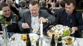 Statsminister Lars Løkke Rasmussen er kommet i problemer på grund af sit tætte forhold til fiskeren John-Anker Hametner Larsen (t.h). Han har både lånt hans sommerhus og deltaget i hans firmafest. Nu viser det sig, at fiskeren har været med til at sørge for, at der hvert år har været fiskeripolitiske indslag ved nytårskurene i Thyborøn, hvor Løkke deltager.