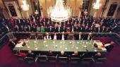 Det Svenske Akademis medlemmerudstråler stadig den pomp og pragt, som kun en institution grundlagt af en enevældig konge og med århundreders hævdvundne traditioner, forpligtende fællesskab og privilegier i bagagen kan gøre det. Ophøjede, på lang afstand af det omkringliggende samfund og ude af stand til at tilpasse sig en moderne tids krav om åbenhed og at overholde de love, der gælder for resten af samfundet.