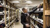 Selvom robotterne allerede for 25 år siden havde overtaget størstedelen af de mest rutineprægede arbejdsopgaver i industrien, har vi stadig folk ansatte til at betjene i banker og supermarkeder, påpeger den amerikanske økonom Robert J. Gordon.