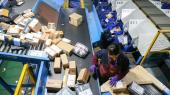 Med sin digitale platform og udbringning af pakker har Alibaba forandret hele den kinesiske detailhandel. På billedet er der gang i rullebåndet på detårlige Singles Day-udsalg – Kinas svar på Black Friday.