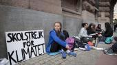 15-årige Greta Thunberg skolestrejker for klimaet foran Riksdagen.
