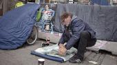 Når vi ser en hjemløs mand på gaden, skal vi ikke tænke så meget på os selv, og hvad vi gør, men på hvad samfundet gør for at tage hånd om den stigende hjemløshed, skriver Jarl Viktor Schultz i kronikken.