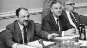 Anker Jørgensen, Henry Grünbaum og Thomas Nielsen var tre af de centrale aktører i Socialdemokratiet og LO, som i 1960'erne og 1970'erne kæmpede en brav kamp for at indføre økonomisk demokrati i Danmark. Bølgerne gik dog ofte højt mellem de to herrer, der adskilles af Henry Grünbaum i midten af billedet. Engang skulle den altid cigarrygende Thomas Nielsen sågar have kaldt Anker Jørgensen for »en lille lort«.