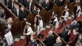 På mærkedage og ved festlige lejligheder demonstrerer jøder og ikkejøder den fælles samhørighed, som her i synagogen i København ved 75-året for redningen af de danske jøder under besættelsen. Men til hverdag skjuler stadigt flere jøder deres identitet af frygt for konsekvenserne.
