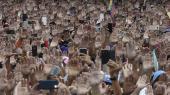 Da Juan Guaidó erklærede sig selv som midlertidig præsident af Venezuela og opfordrede Nicolas Maduro til at erkende sit nederlag, røg hænderne i vejret iden omgivende folkemængde.