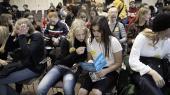 'Man kunne godt høre, atde brændte for politik,' siger Mathilde Saini Lefevre(th), der sammen med sin klassekammerat Frida Starup Føynum studerer pjecernefra ungdomspartierne under skolevalgets partilederrunde på Christiansborg.