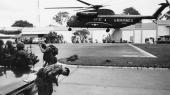 Militærhelikopter i gang med at evakuerere personaletfra den amerikanske ambassade i Saigon i Sydvietnam i 1975. Efter USA's tilbagetrækning omringede nordvietnamesiske styrker og sydvietnamesiske guerillaer Saigon. USA evakuerede sine diplomater og tusinder af sydvietnamesere. Vietnam blev forenet, og USA havde definitivt tabt krigen. Herefter startede gengældelsenog repressalierne mod sydvietnameserne.
