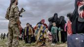 Børn betragter et medlem af SDF-styrkerne, efter at de har forladt ørkenbyen Baghouz. Man mener, at der er mellem 1000 og 1.500 IS-krigere tilbage sammen med et ukendt antal kvinder og børn.
