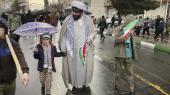 Mange forældre tog mandag deres børn med til at fejre 'Guds dag', årsdagen for den iranske revolution. Qom er konservatismens højborg, og deltagelse i dagens demonstration er en pligt.