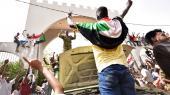 »Folk er glade, de fester, de græder, det føles, som om hele Khartoum er her,« siger en demonstrant i den sudanesiske hovedstad til BBC, efter atSudans præsident, Omar al-Bashir, blev afsat onsdag.