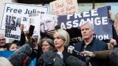 WikiLeaks' redaktør Kristinn Hrafnsson (til højre) og Julian Assanges britiske advokat Jennifer Robinson (til venstre)forsvarer Assange foran Westminster Magistrate's Court i London, hvor hovedpersonen sidst blev set i forbindelse med arrestationen torsdag.