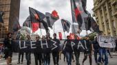 Aktivister går med et banner, hvor der står »censur« under en demonstration i Moskva imod den russiske regerings planer om at indføre en meget restriktiv internetlovgivning.