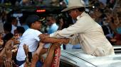 Den indonesiske præsidentkandidat, den tidligere leder af de indonesiske specialstyrker Prabowo Subianto hilser på en dreng under et valgmøde på Java. Prabowo mener, at Indonesien lige nu er et økonomisk kaos og til grin i hele verden – og derfor føler han sig kaldet til at stille op, siger han.