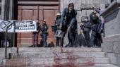 Klimagruppen Extinction Rebellion lavede mandag en uanmeldt demonstration på trappen til Christiansborg. Her hældte de sukkervand med rød farve ud på trappen. Den røde farve symboliserer fremtidige generationers blod, fordi det er dem, klimaforandringerne kommer til at ramme.  Foto: Anders Rye Skjoldjensen