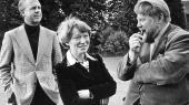Inger Christensen i selskab med Klaus Rifbjerg og Ole Sarvig i forbindelse med, at Det danske akademi tildeler hende Kjeld Abell-prisen.