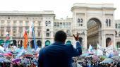 Salvini takker de tusindvis af fremmødte, der gemmer sig under paraplyer ved lørdagens arrangement ved katedralen i Milano.