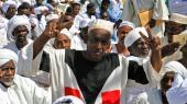 Sudanesere til Eid al-Fitr, der markerer afslutningen på årets ramadan i Omburdan, lige på den anden side af nilen til hovedstaden Khartoum. Volden risikerer at eksalere i landet, efter mere end 35 personer blev dræbt under en protest tidligere denne uge.