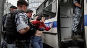 Soldater fra nationalgarden anholderen kvinde under gårsdagens støttedemonstrationer i Moskav forden nu løsladte russiske journalist Ivan Golunov. Magten i Rusland befinder sig i en tilstand af stress. Den kan ikke finde ud af, hvordan den mest hensigtsmæssigt skal adressere befolkningens vrede, mener leder af russisk ngo.