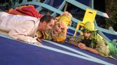 Det er sikker underholdning og et værk valgt til tiden, når Grønnegårds Teatret i år påkalder Shakespeares komedie 'Helligtrekongersaften', der trods sine 400 år på bagen besidder en overraskende modernitet med sin frisættelse af både køn og kærlighed. Alligevel savner man nytænkning i instruktionen