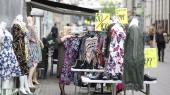 Beklædningsindustrien forurener, og i dag produceres der 60 procent mere tøj end for 15 år siden. Det skyldes en uansvarlig industri og forbrugere, som køber for meget tøj, bruger det for lidt og skiller sig af med det på en ubæredygtig måde, siger tekstilekspert Suzi Christoffersen