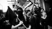 Med Donald Trump i spidsen har republikanerne set sig sure på den antifascistiske bevægelse ANTIFA. Også i Danmark spiller bevægelsen en central rolle i det venstreradikale miljø. Bevægelsen mener helt åbent, at vold kan være et legitimt middel til at opnå politiske mål. Så spørgsmålet er, om Trump har en pointe, når han vil udråbe ANTIFA som en terrororganisation
