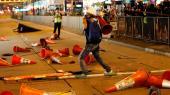 De ellers fredelig demonstrationer og strejker i Hongkong udviklede sig mandag til store slagsmål.