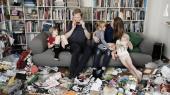 I lort til anklerne. I løbet af et år samlede Otto Lerche i alt 94 plastiksække med husholdningsaffald. Her er familien fotograferet i selskab med indholdet fra en lille håndfuld af sækkene.