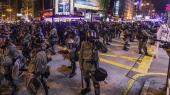 Sikkerhedsstyrker i Hongkong gør søndag klar til starten på den 10. protestuge i den kinesiske bystat. Uroen passer hverken den kinesiske ledelse eller de vestlige ledere, som ønsker at bevare et godt forhold til Beijing.
