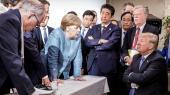 Som et billede på stemningen i G7-klubben findes dette ikoniske foto fra sidste års møde af Merkel, der iagttages koncentreret af de øvrige statsledere, mens hun med attituden »seriously, Donald?« læner sig ind over et skrivebord og kigger direkte på Trump, der sidder med armene over kors og et trodsigt blik.