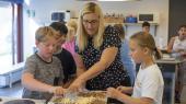 Der bliver kokkereret i hjemmekundskab i 5. klasse på Holbæk By Skole, og læreruddannelsen lokker stadig mange, men oplever ligesom pædagoguddannelsen et fald i antallet af ansøgere. Og en af grundene kan ifølge uddannelsesforsker Jan Thorhauge Frederiksenopsummeres i ét ord: Folkeskolereformen