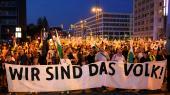 Her ses demonstranter fra den højreradikale bevægelsePro Chemnitz på selve årsdagen for mordet påden 35-årige tysk-cubaner Daniel H.med et banner med teksten: »Vi er folket!«.