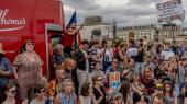 Demonstranter i London protesterer mod premierminister Boris Johnsons beslutning om at hjemsende parlamentet. Tirsdag svirrede valgrygterne under parlamentets første samling efter sommerferien – samtidig med at Johnsons konservative regering mistede sit flertal, da et partimedlem midt under debatten krydsede salen og skiftede parti.