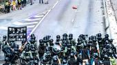 De mange voldsomme protester i Hongkong fik i går byens regeringschef Carrie Lam til at tilbagetrække en kontrovelsile forslag, der ville have gjort det muligt at udlevere personer i Hongkong til retsforfølgelse i Kina