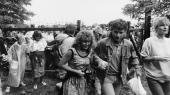 Grænsevagterne 'kigger væk' i de timer, der afholdes Pan European Picnic den 19. august 1989 ved grænseporten til østrigske St. Margarethen, og DDR-flygtninge i hundredvis benytter sig af hullet til friheden.