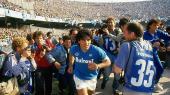 Diego Maradona løber på banen i det Napoli, hvor han blev dyrket som en gud i et øjeblik fra Asif Kapadias dokumentarfilm om den argentinske fodboldtroldmand.