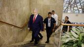 Benjamin Netanyahu håber på en valgsejr på tirsdag, der kan sikre ham immunitet mod de anklager for korruption og bestikkelse, israelsk politi og anklagemyndighed har forberedt imod ham.
