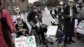 En lille gruppe demonstranter fra Bedsteforældrenes Klimaaktion varmede tirsdag op til fredagens manifestation med en 'rollatordemonstration' for klimaet.