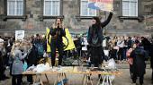 Klimaaktivister får fredag en chance for at præge verdensopinionen, når de holder Folkets Klimamarch under C30-mødet i København. Til demonstrationen taler den amerikanske stjernepolitiker Alexandria Ocasio-Cortez. Her et billede fra klimastrejken på Christiansborg Slotsplads tidligere i år.