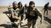 Syriske krigere bærer en såret kriger væk fra kampene i det nordlige Syrien ved den tyrkiske grænse. Konflikten tog søndag en dramatisk drejning, da Syriens præsident Bashar al-Assad rykkede sin regeringshær nordpå for at »konfrontere en tyrkisk aggression«.