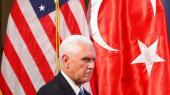 Under et besøg i præsidentpaladset i Ankara underskriver vicepræsident Mike Pence et stykke papir, der giver sig ud for at være en våbenhvile mellem tyrkiske tropper og kurdiske enheder i nordlige Syrien. I realiteten legitimerer aftalen et tyrkisk brud på folkeretten