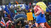 Tusindvis af demonstranter var gået på gaden i protest mod Boris Johnsons Brexit-aftale, som skulle til afstemning lørdag. En eksplosion af jubel lød, da parlamentet stemte imod.