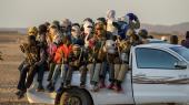Afrikanske migranter i bil i Sahara på vej til Libyen, hvorfra de vil forsøge at krydse Middelhavet for at komme ind i Europa. Men det er langt fra alle migranter, som når til Europa. Mange giver op på vejen igennem Afrika og henvender sig til et af Internationale Organisation for Migrations centre, som så hjælper dem med at komme hjem.