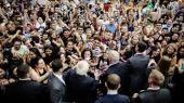 Hvor Warren mest har politiske forslag til fordel for befolkningen i bred forstand, handler Sanders' kampagne også om at skabe en bevægelse – et kollektivt vi – med udgangspunkt i klasse