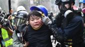 En demonstrant føres bort af politiet. Situationen i Hongkong er eskaleret de seneste dage, efter at studerende har barrikaderet sig på Det Polytekniske Universitet.