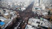 Iranere i tusindvis mødte op til optoget efter bilen, der førte Qassem Suleimanis kiste gennem byen Mashad 5. januar.