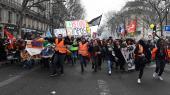Protesterne er en kamp om den paradoksale offentlige mening: I den seneste meningsmåling støttede 61 procent af franskmændene strejkerne. Men samtidig håbede 57 procent, at strejken stoppede, og flere målinger har tidligere vist, at et flertal gerne vil have reformeret pensionssystemet.