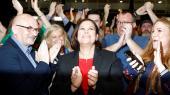 Sinn Fein-lederen Mary Lou McDonald, som her ses til weekendens valgfest, har sat sig i spidsen for forhandlingerne om at danne en ny regering enten med centrumpartierne eller med en koalition af uafhængige og grønne på venstrefløjen. Det bliver kompliceret og sandsynligvis langvarigt.